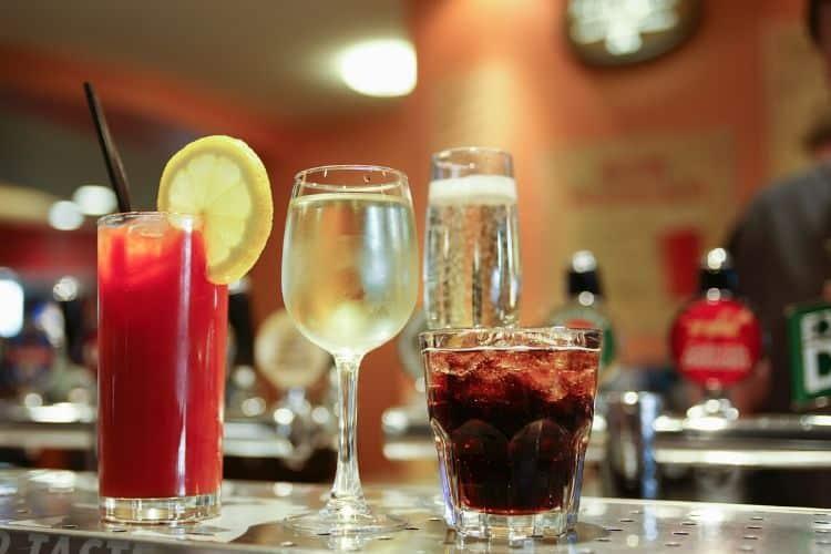 différentes contenances selon les verres l'alcool que nous soyons au bar au bistrot au restaurant ou à la maison