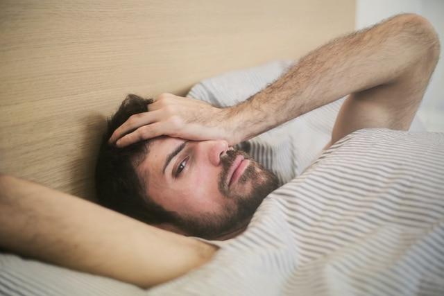 Un homme qui vient de se réveiller et qui s'apprête à télétravailler.