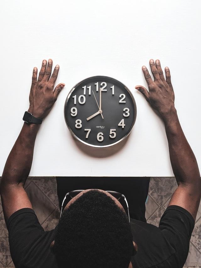 Homme regardant une horloge, n'ayant pas sommeil