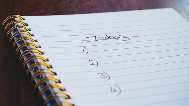 Un carnet de notes avec une liste de choses à faire, afin de mieux organiser son télétravail.
